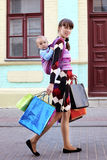 Madre linda joven con el bebé en honda Imagen de archivo libre de regalías