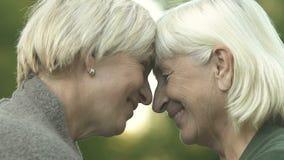 Madre madura e hija que tocan las cabezas, las relaciones de familia, amor y la ayuda metrajes