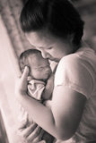 Madre malasia asiática china y su bebé del niño recién nacido Fotografía de archivo