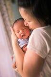 Madre malese asiatica cinese ed il suo neonato dell'infante neonato Fotografia Stock Libera da Diritti