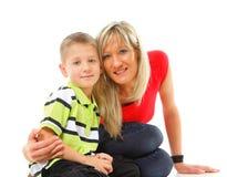 Madre matura con il bambino 6 anni di ragazzo isolato Immagine Stock