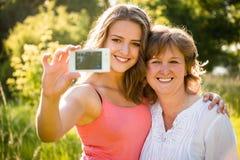 Madre mayor con el selfie de la hija Imagenes de archivo