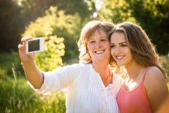 Madre mayor con el selfie de la hija Fotografía de archivo libre de regalías