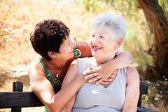 Madre mayor e hija que se divierten Imagen de archivo libre de regalías