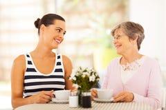 Madre mayor que visita imagen de archivo libre de regalías