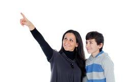 Madre morena que muestra algo en su hijo del adolescente Fotografía de archivo libre de regalías