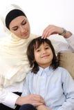 Madre musulmán e hijo cubiertos árabes que se relajan fotos de archivo libres de regalías