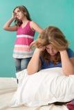 Madre muy triste y su hija adolescente rebelde Imagen de archivo libre de regalías
