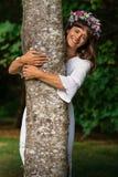 Madre natura che abbraccia albero Immagine Stock Libera da Diritti