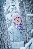 Madre natura d'ascolto della donna calma Fotografia Stock
