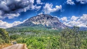 Madre natura d'esplorazione facendo un'escursione su questa bella montagna Fotografie Stock