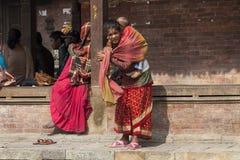 Madre nepalesa con el niño Imágenes de archivo libres de regalías