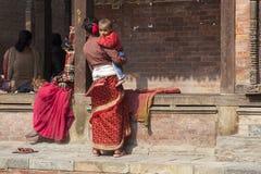 Madre nepalesa con el niño Foto de archivo