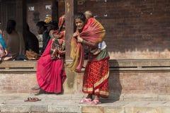 Madre nepalesa con el niño Foto de archivo libre de regalías