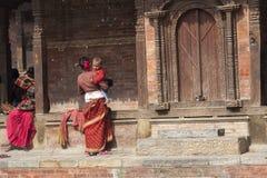 Madre nepalese con il bambino Fotografia Stock