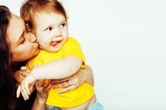 Madre normale abbastanza reale con la piccola fine bionda sveglia della figlia Fotografia Stock