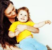 Madre normale abbastanza reale con la piccola fine bionda sveglia della figlia su isolata su fondo bianco, la gente di stile di v Fotografie Stock