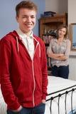 Madre orgullosa con el hijo adolescente en casa Foto de archivo
