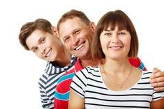 Madre, padre con el adolescente del hijo Familia caucásica feliz que tiene Foto de archivo