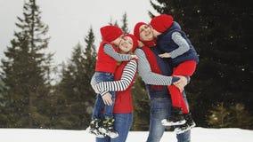 Madre, padre e due figli divertendosi nell'inverno della neve Fotografia Stock Libera da Diritti