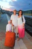 Madre, padre e figlia con il sacchetto sulla piattaforma Fotografie Stock Libere da Diritti