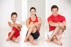 Madre, padre e hija haciendo yoga Foto de archivo