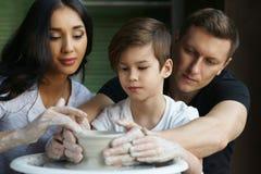 Madre, padre e hijo haciendo la cerámica Fotos de archivo