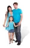 Madre, padre e piccolo basamento della figlia abbracciati Immagine Stock