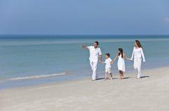 Madre, padre y familia de los niños que recorre en la playa Fotografía de archivo libre de regalías