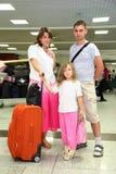 Madre, padre y pequeña hija con bagaje Foto de archivo libre de regalías