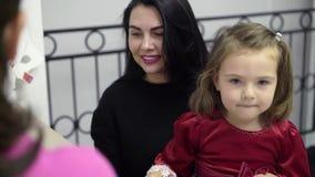 Madre paziente con il bambino che parla con medico in clinica video d archivio