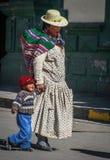 Madre peruana y un niño Foto de archivo