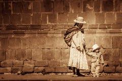 Madre peruana y un niño Imagenes de archivo