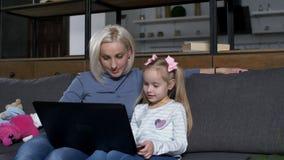 Madre preoccupantesi che istruisce la ragazza sveglia di prescool online video d archivio