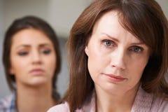 Madre preocupante con la hija adolescente Fotografía de archivo