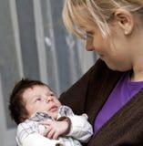 Madre que abraza al bebé recién nacido fotos de archivo libres de regalías