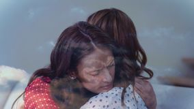 Madre que abraza el vídeo de la hija almacen de video