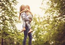Madre que abraza a la hija imagenes de archivo