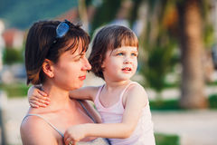 Madre que abraza a la hija Imagen de archivo libre de regalías