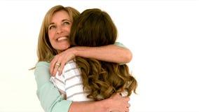 Madre que abraza a su hija almacen de video