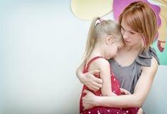 Madre que abraza a su niño Fotos de archivo