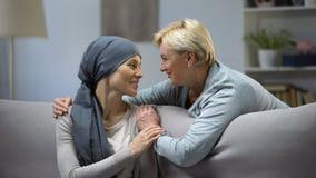 Madre que abraza su sufrimiento de la hija del cáncer, ayuda de la familia, unidad metrajes