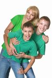 Madre que abraza a sus dos hijos Imágenes de archivo libres de regalías