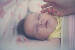 Madre que acaricia a su bebé soñoliento fotos de archivo libres de regalías