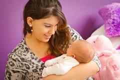 Madre que ama a su bebé Fotos de archivo libres de regalías