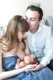 Madre que amamanta a su bebé recién nacido imagen de archivo