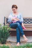 Madre que amamanta a su pequeño bebé Foto de archivo libre de regalías