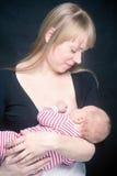 Madre que amamanta a su pequeño hijo imagen de archivo