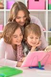 Madre que ayuda con la preparación Fotos de archivo libres de regalías
