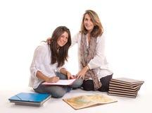 Madre que ayuda a su hija con la preparación Fotografía de archivo libre de regalías
